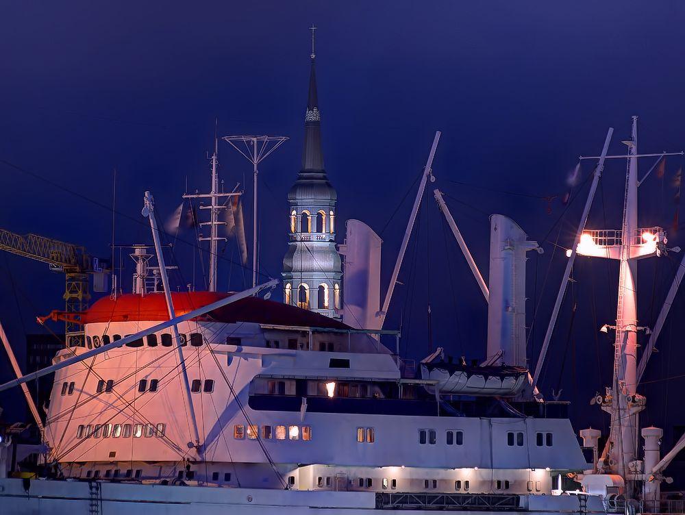 - Schiff am Kirchturm -