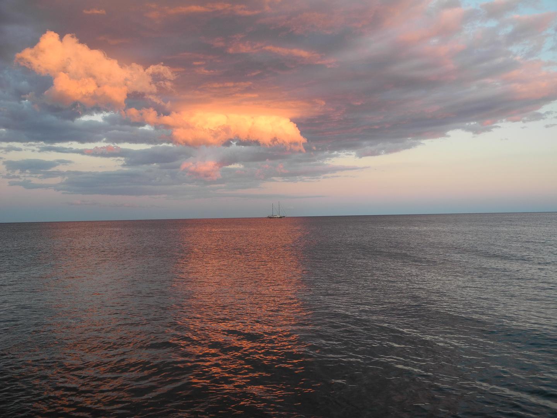 Schiff bei Sonnenuntergang