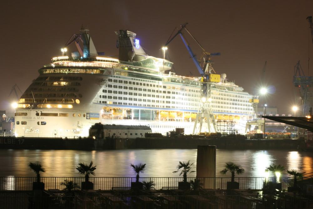 Schiff im HH Hafen bei Nacht