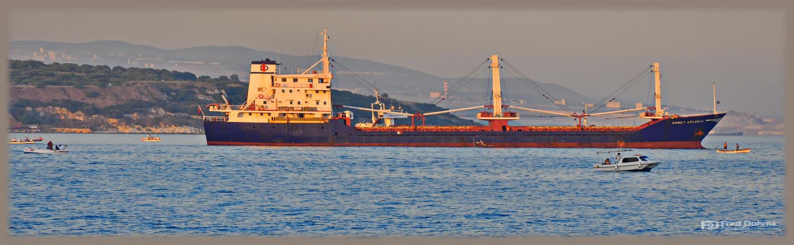Schiff in der Bucht des Marmarameeres, Türkei