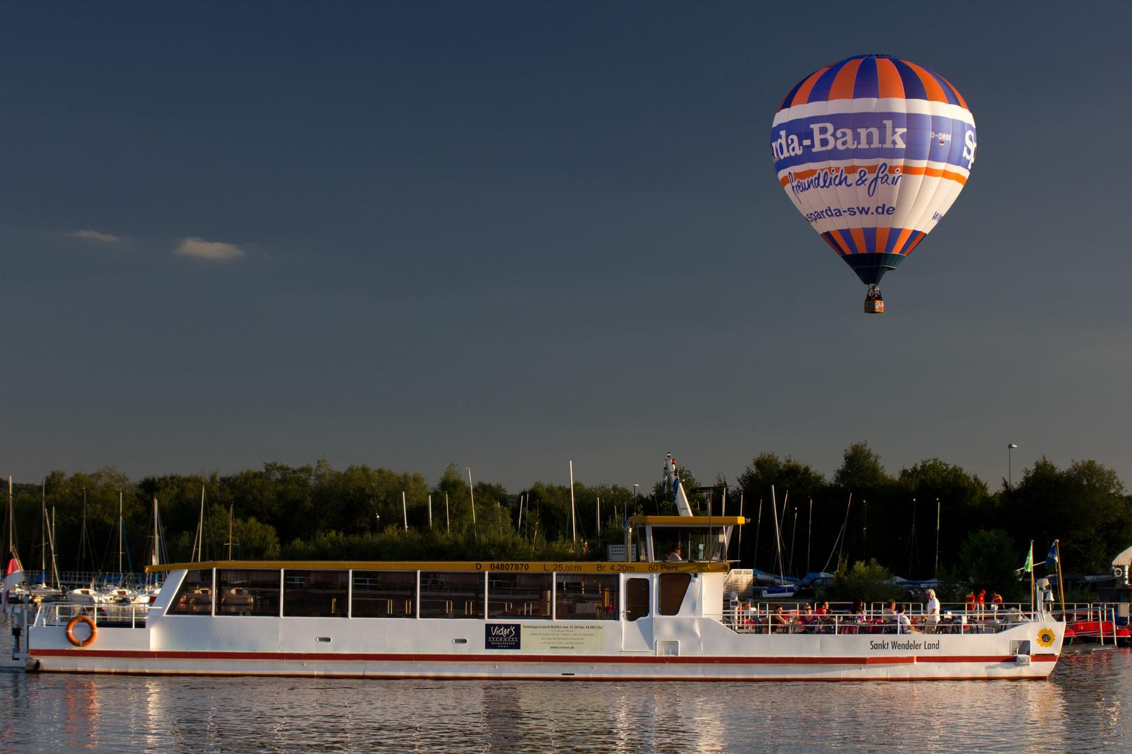Schiff mit Ballon
