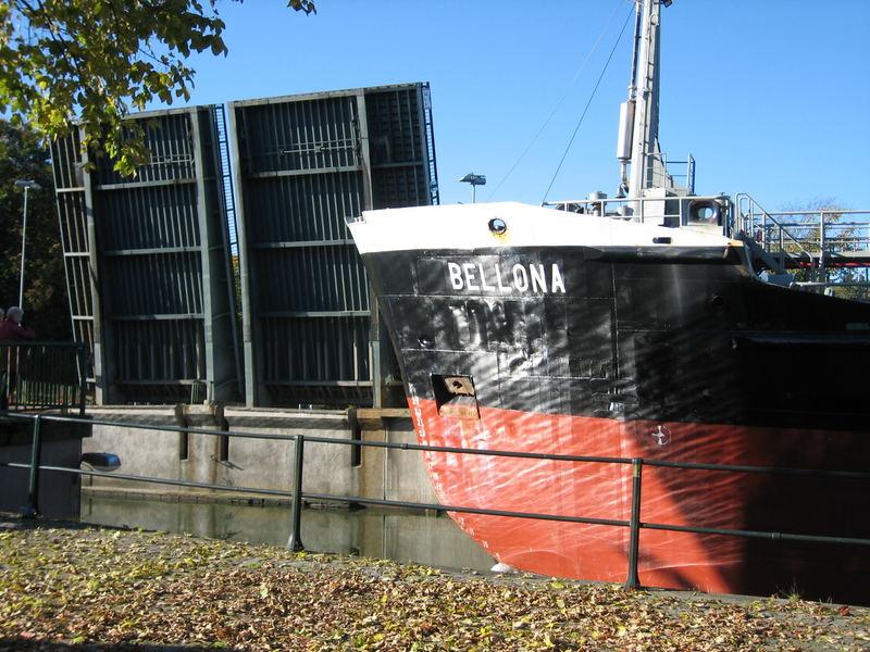 Schiff mit Brücke