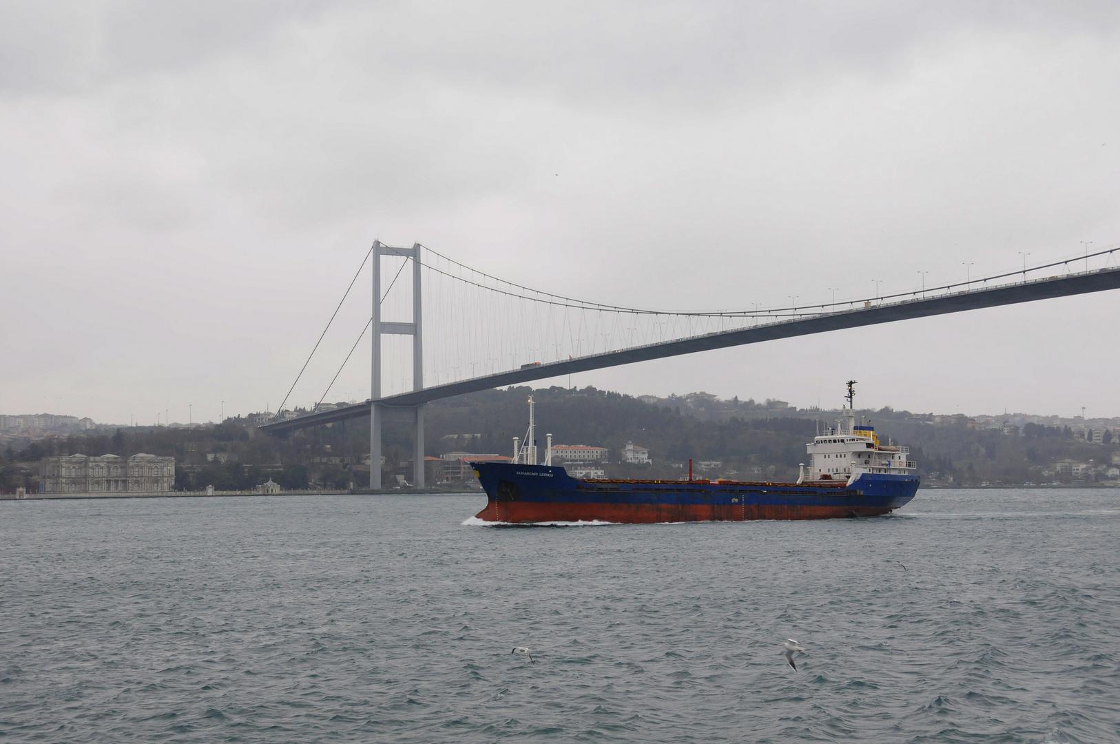 Schiff unter der Bosperusbrücke Istanbul