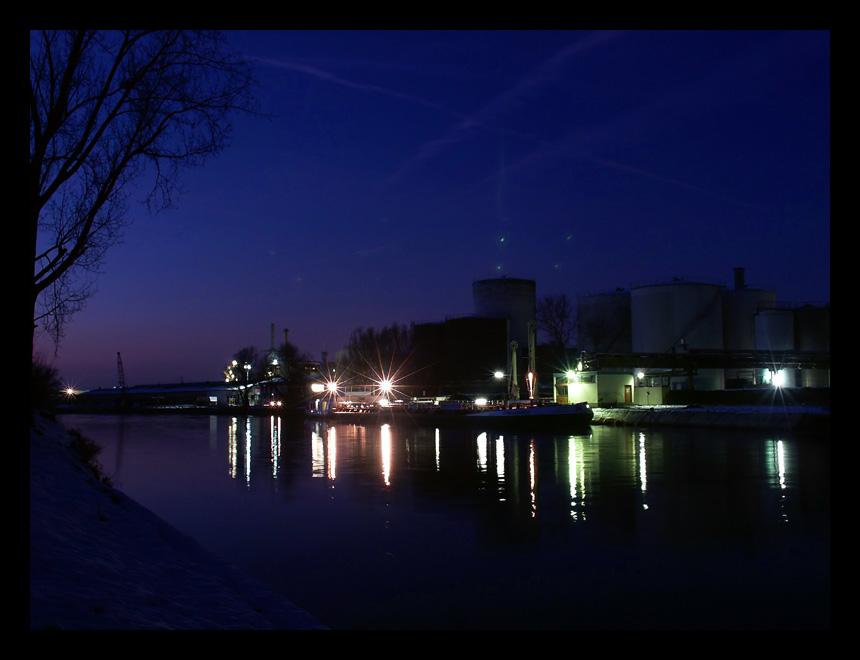 Schiff vor Chemiefabrik in Ladenburg