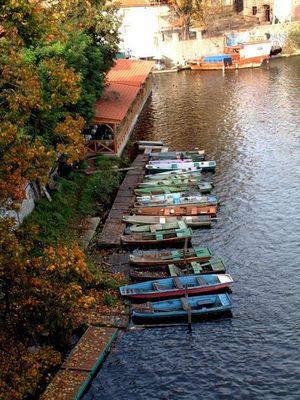 Schiffe am Ufer der Moldau, Prag