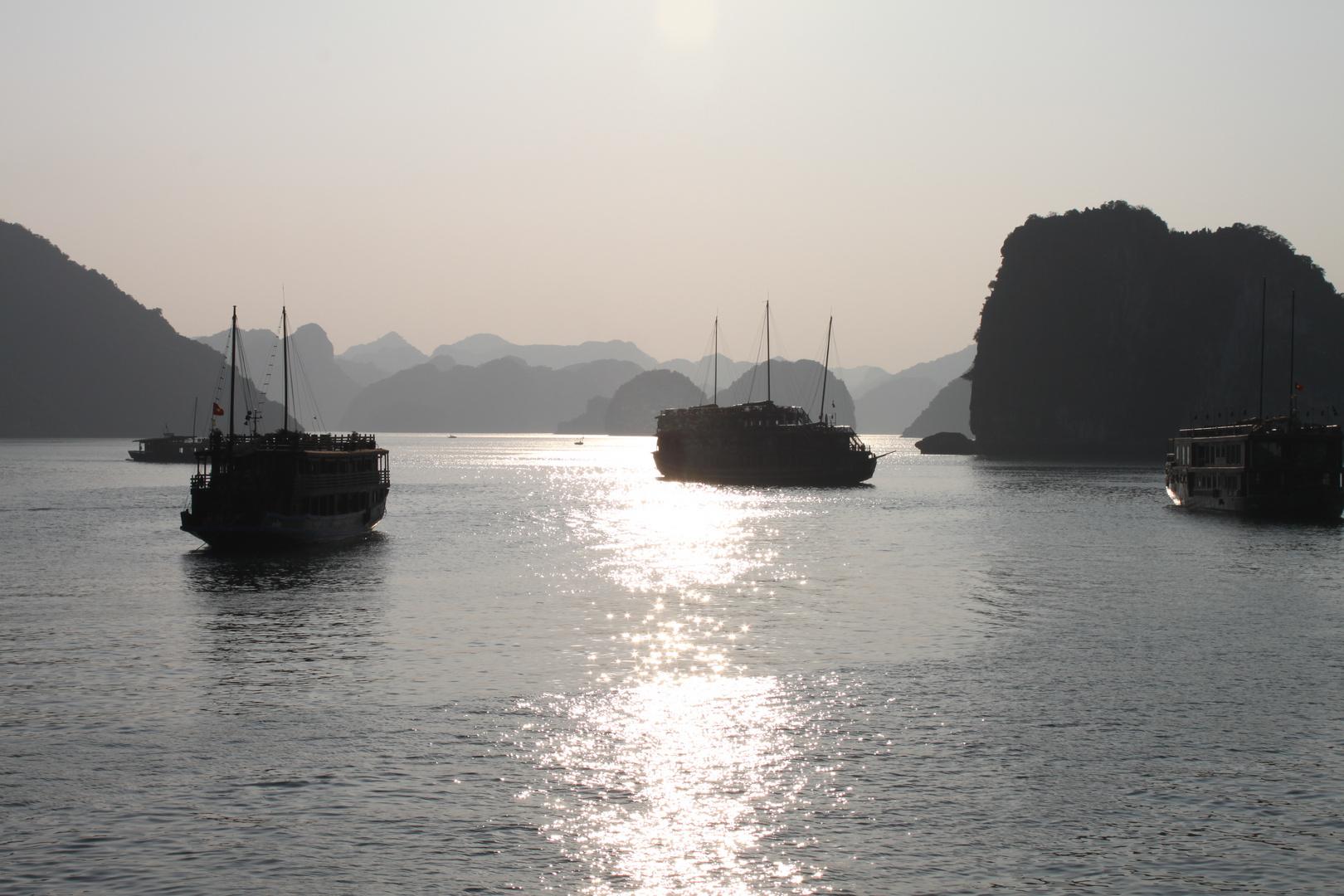 Schiffe in der Halong Bucht im Abend