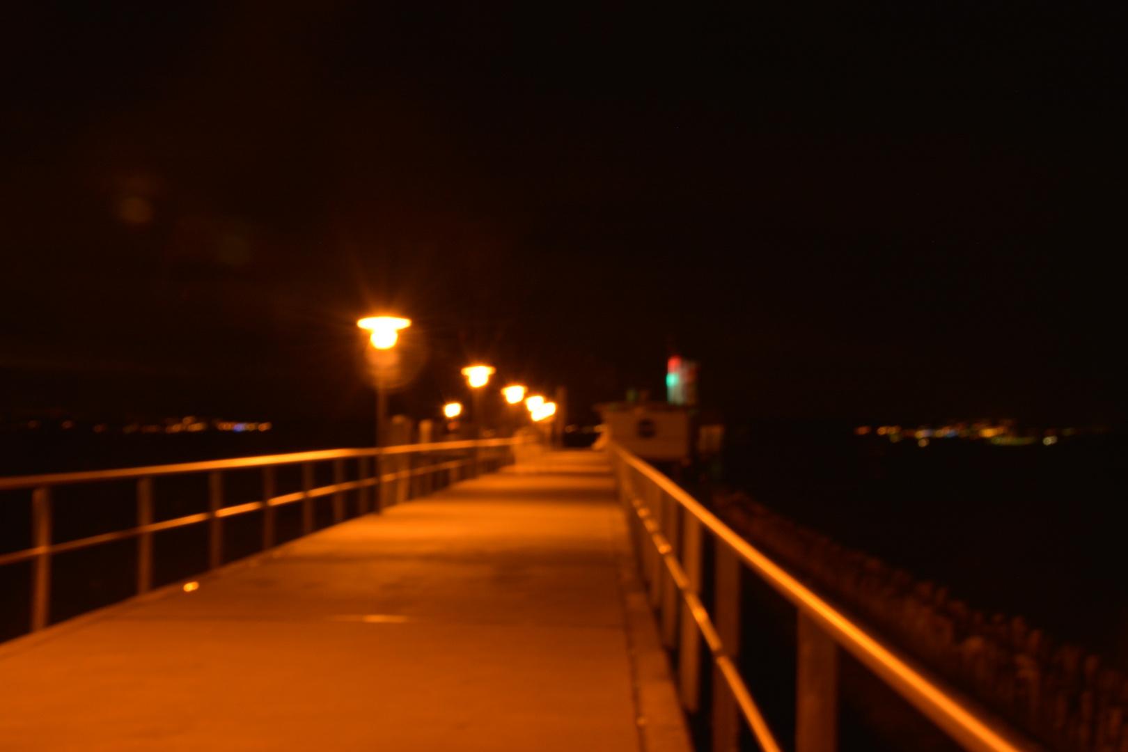 Schiffsanlegestelle bei Nacht