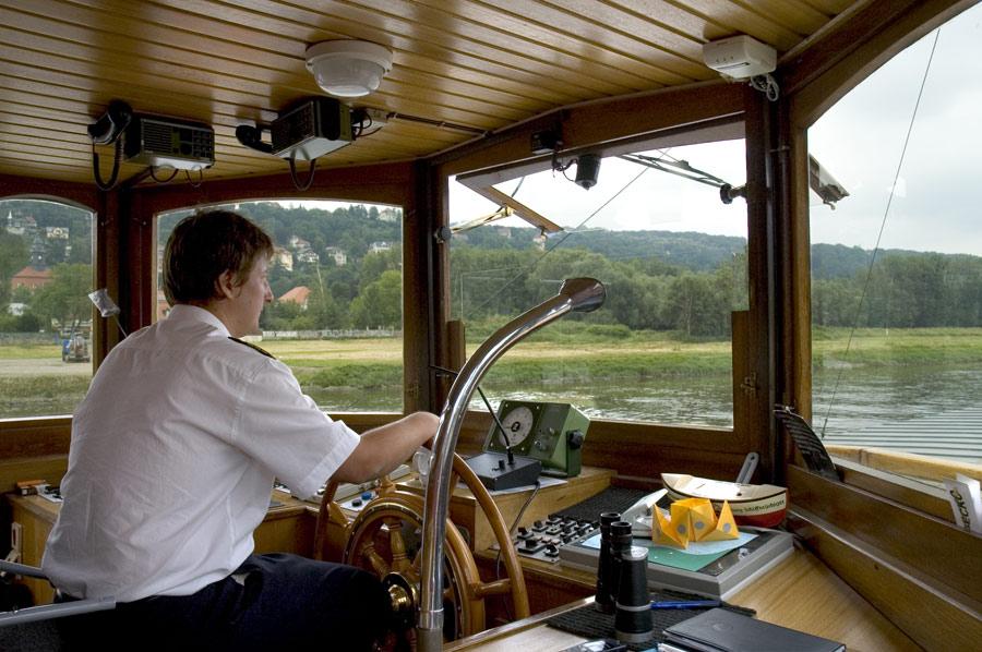 """Schiffsführer des historischen Raddampfers """"Dresden"""""""