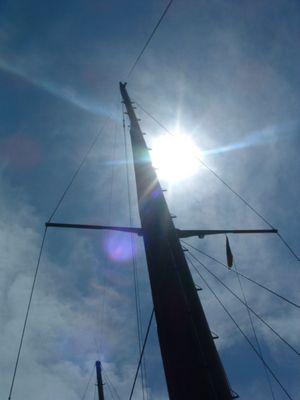 Schiffsmast in der Mittagssonne