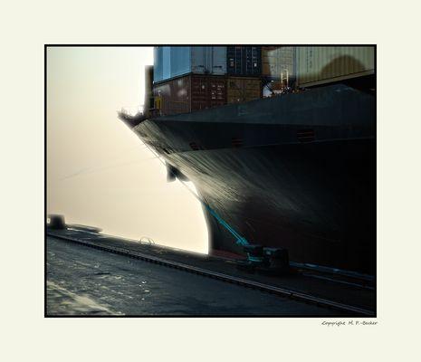 Schiffsrumpf an Gegenlicht...