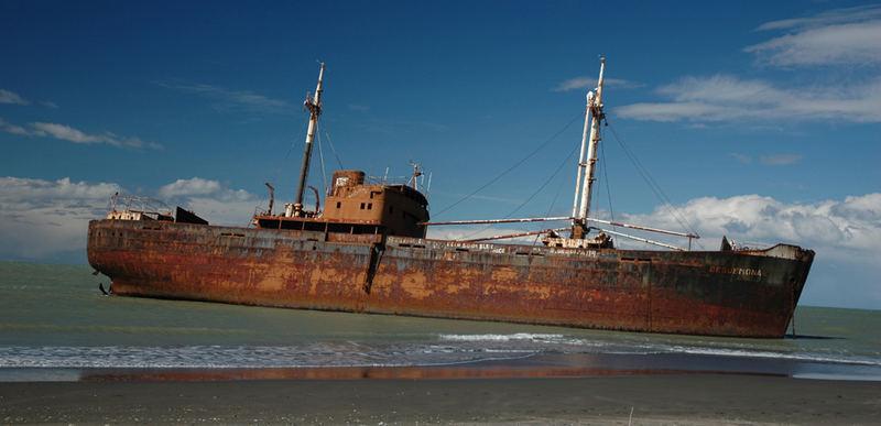 Schiffswrack an der argentinischen Küste von Tierra del Fuego