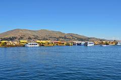 Schilfboote der Uro-Nachfahren in der Bucht von Puno.