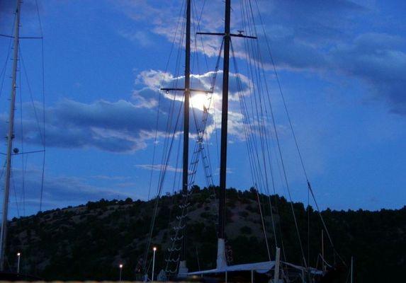 Schimmernder Mond hinter Segelboote