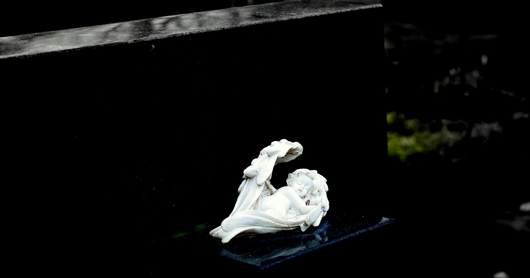 Schlafender Engel auf Marmorplatte