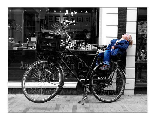 Schlafender Junge im Fahrrad