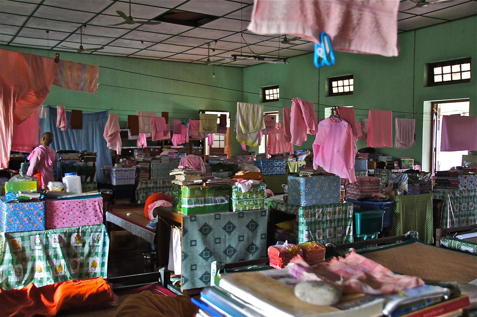 schlafsaal im nonnenkloster, yangon, burma 2011