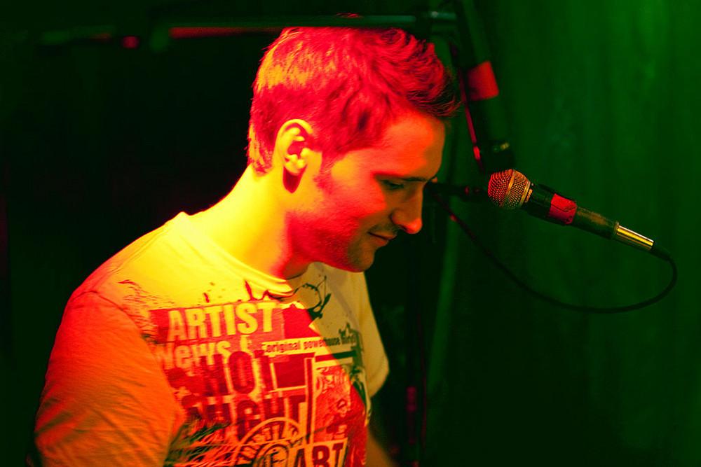 Schlagzeug im Bühnenlicht