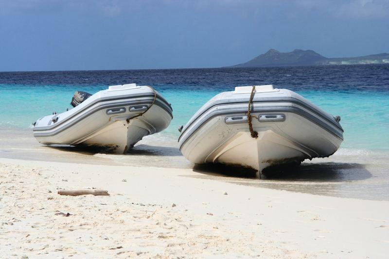 Schlauchboote am Strand