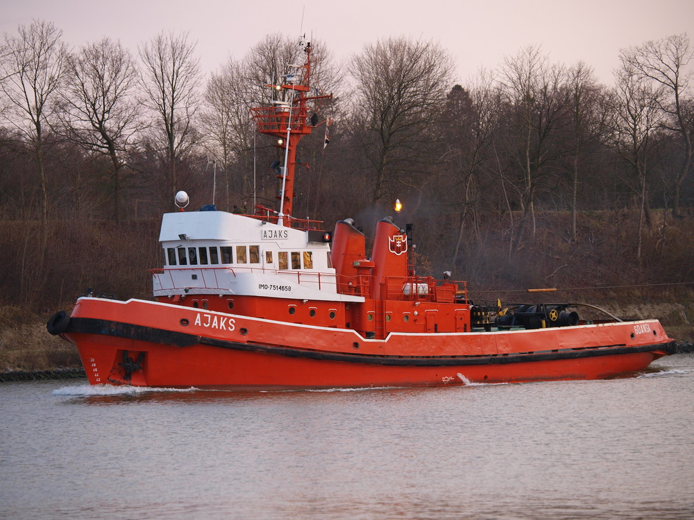 Schlepper AJAKS auf dem Nord-Ostsee-Kanal.