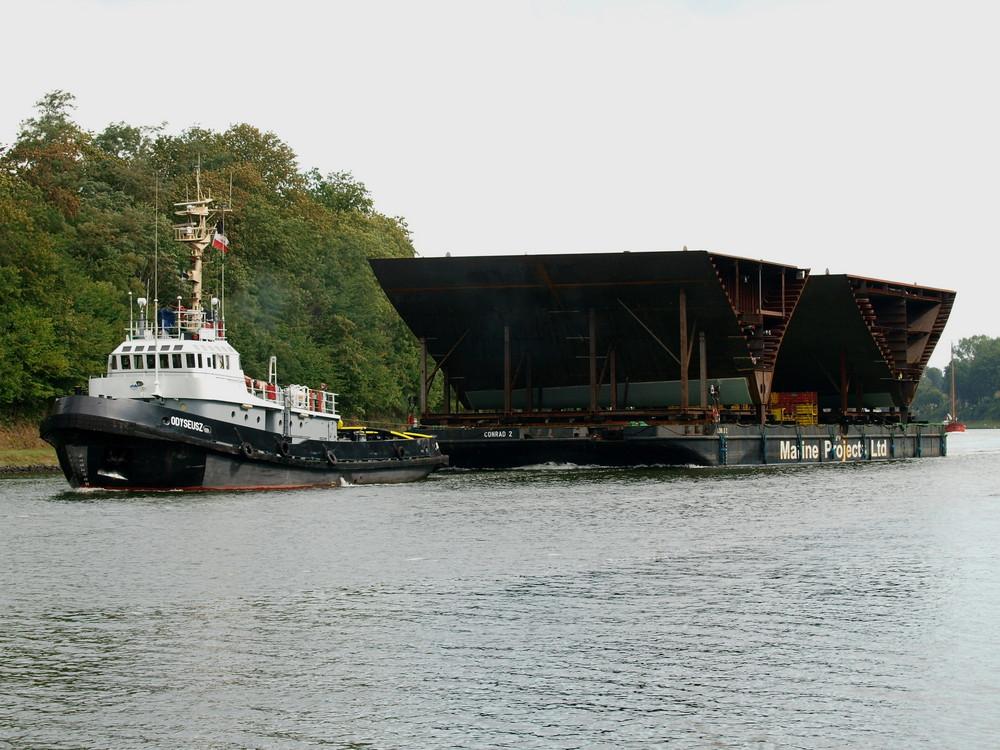Schleppverband am Sonntag auf dem Nord-Ostsee-Kanal.