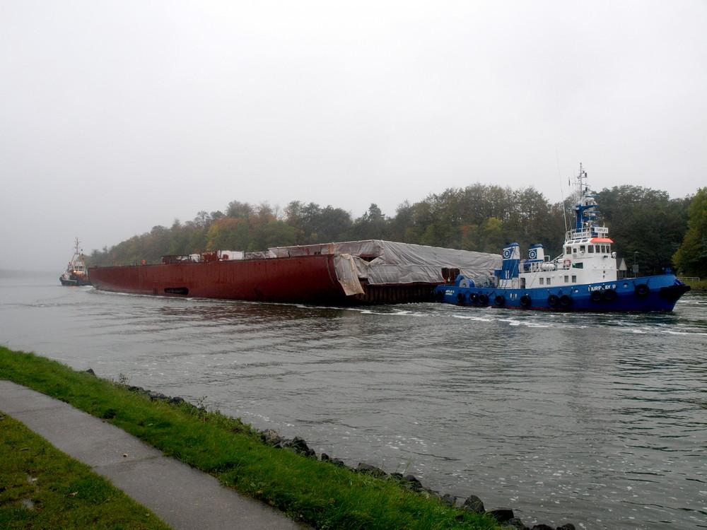 Schleppverband auf dem Nord-Ostsee-Kanal.