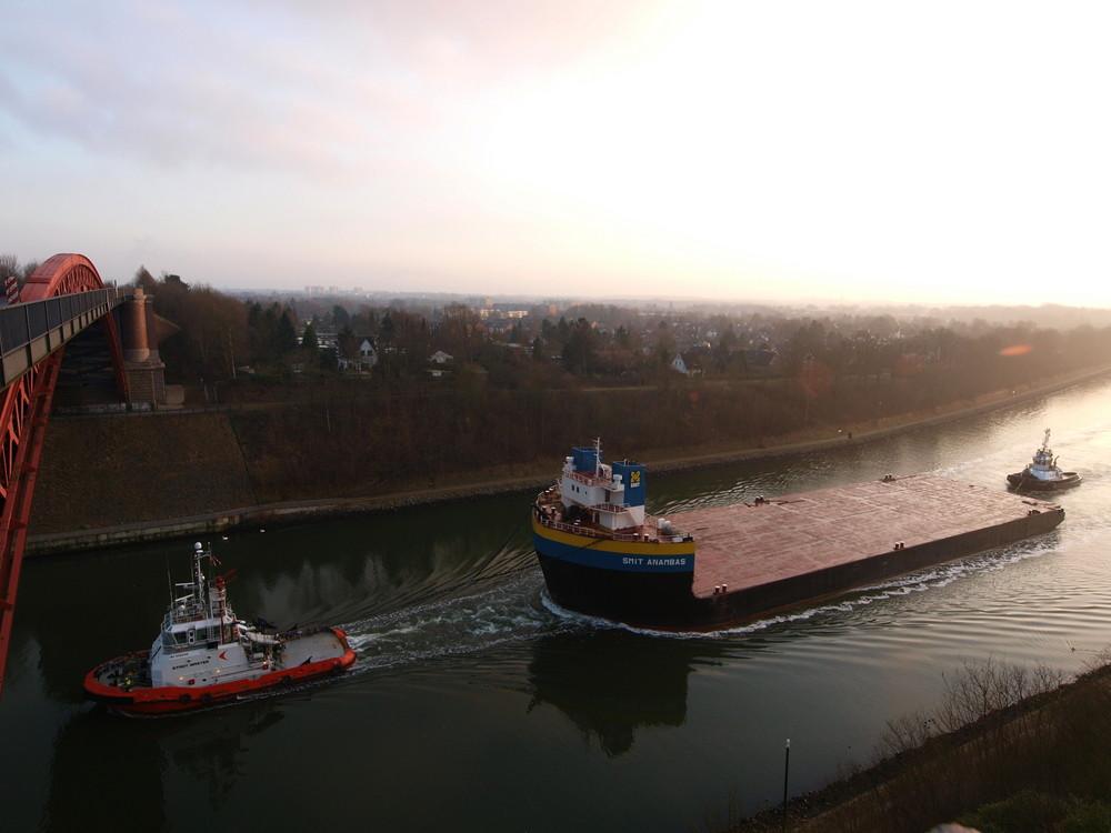 Schleppverband mit dem Ponton SMIT ANAMBAS auf dem Nord-Ostsee-Kanal