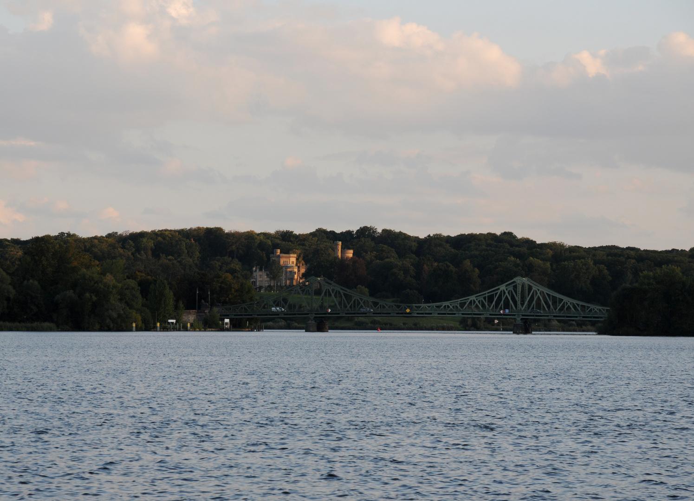 Schloss Babelsberg mit Glienicker Brücke im späten Abendlicht