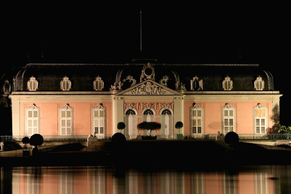 Schloss Benrath bei Nacht und ohne Nebel