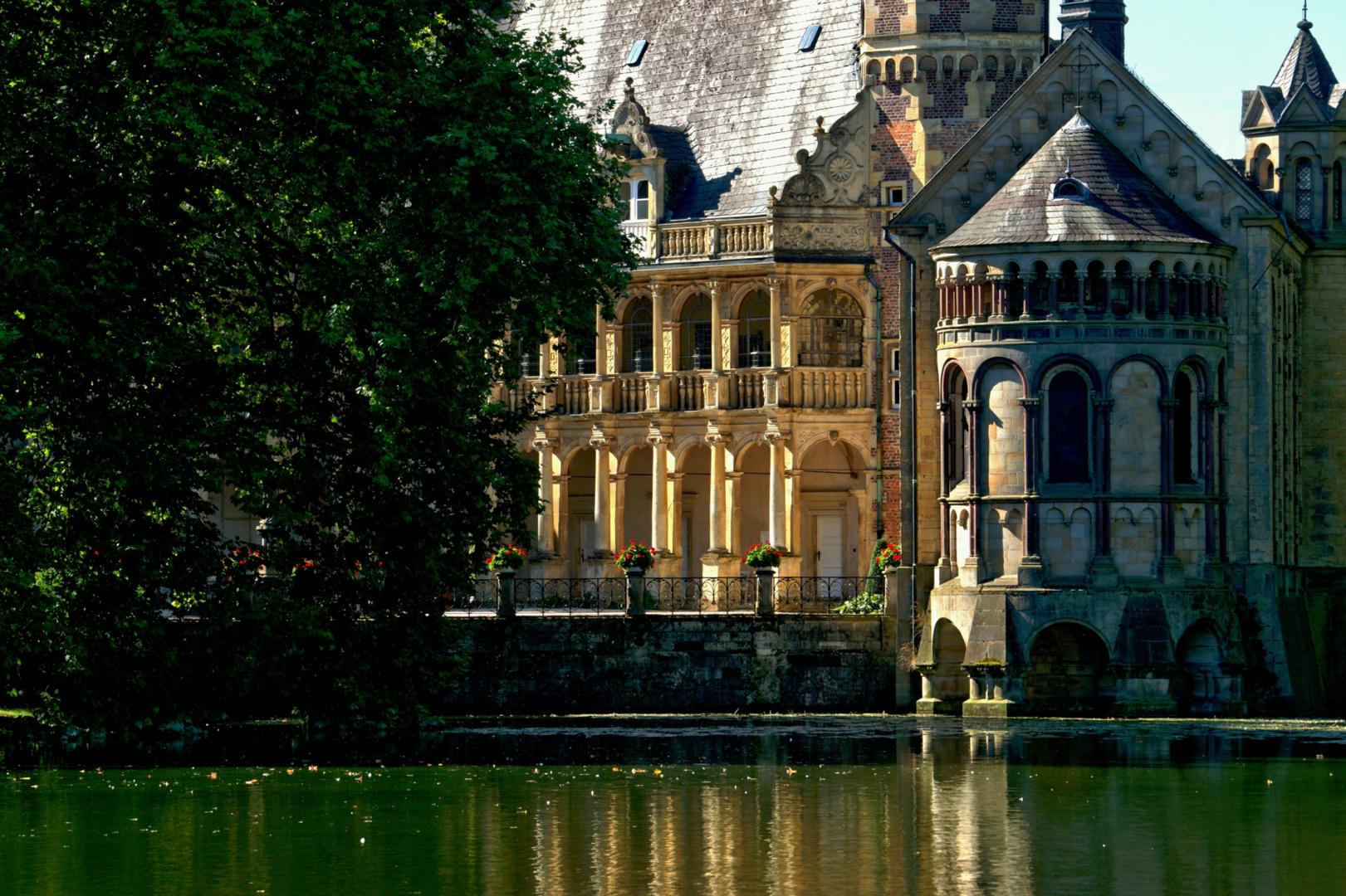 Schloss Darfeld, Arkadenhof und Kapelle.