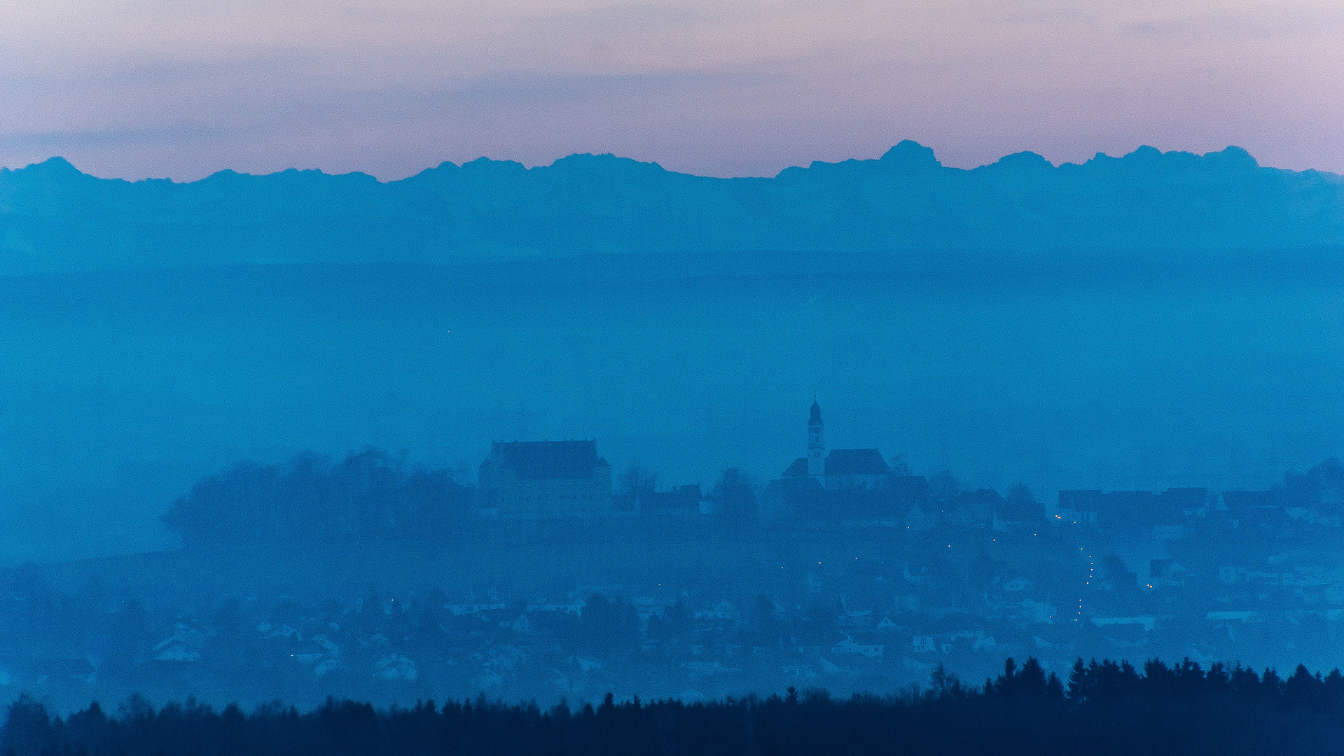 Schloss Erbach vor der Alpenkette