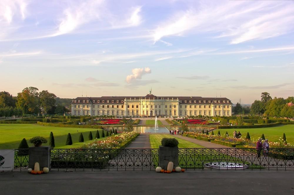 Schloss Ludwigsburg mit Schlossgarten im späten Nachmittagslicht des vergangenen Septembers