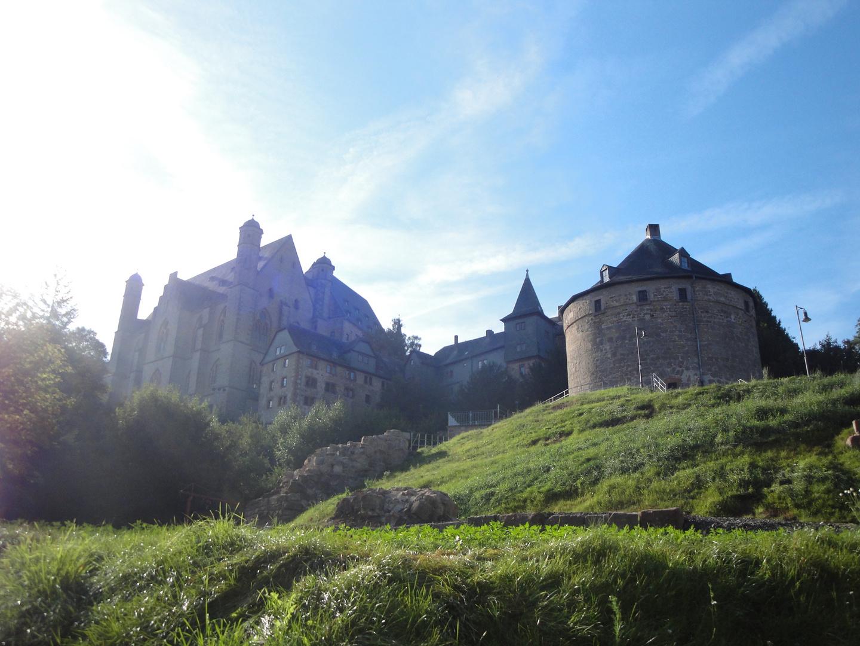 Schloss mit Hexenturm im Sommer