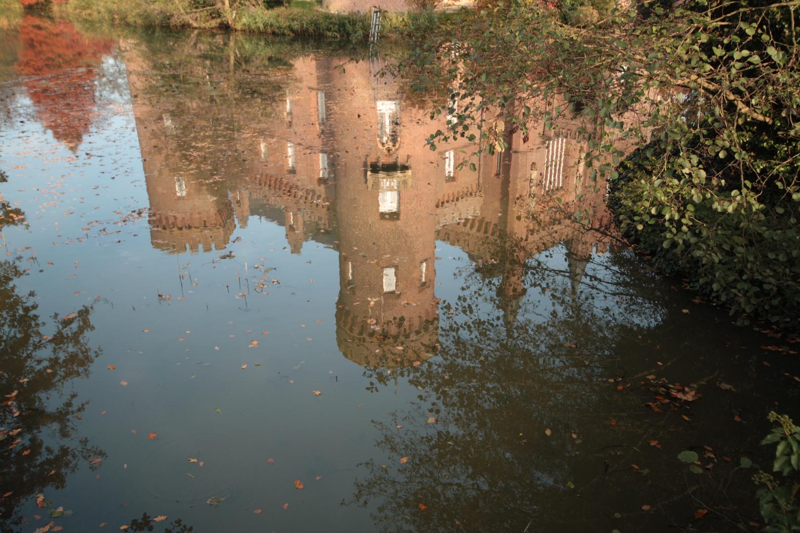 Schloss Moyland spiegelt sich im Wasser