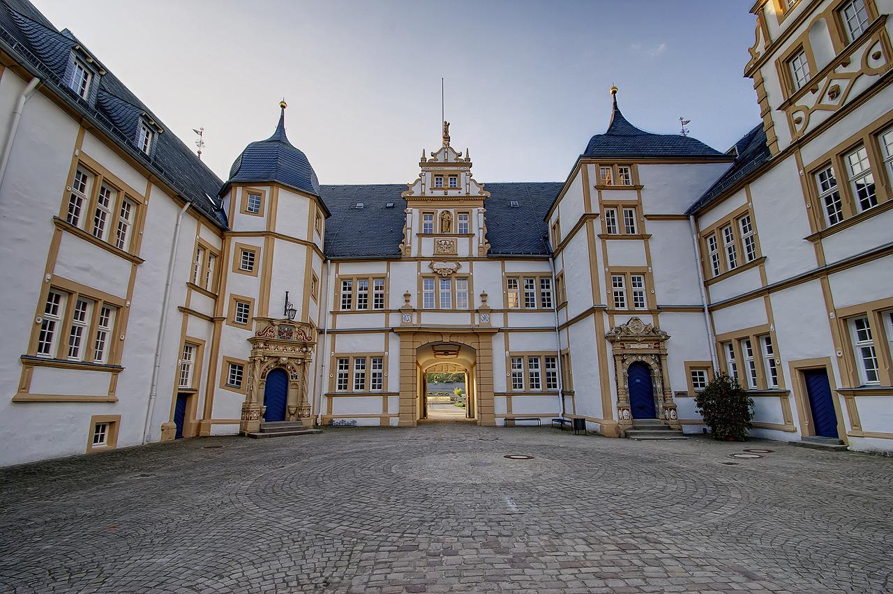 Schloss Neuhaus (Innenhof) Paderborn - HDR @ 10mm Tamron