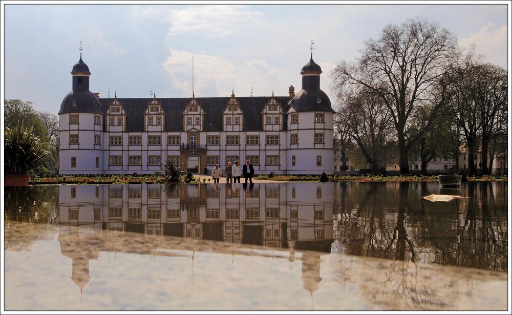 Schloß Neuhaus mit Wasser