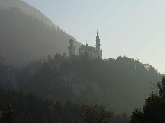 Schloss Neuschwanstein im Abendnebel