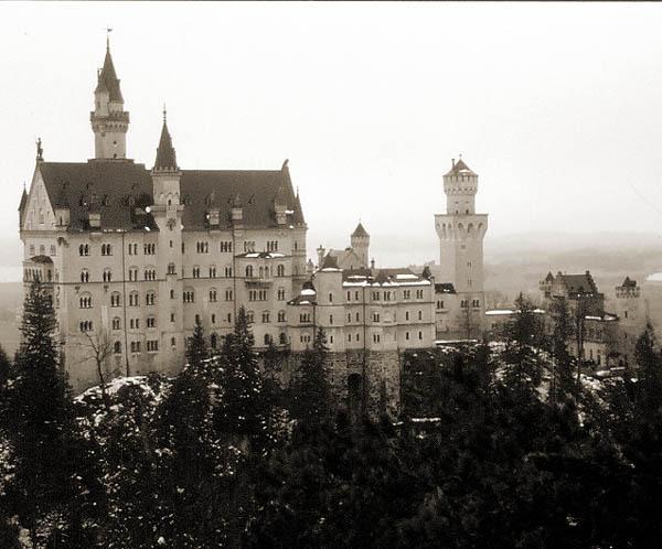 Schloss Neuschwanstein von der Marienbrücke gesehen.