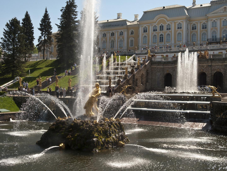 Schloss Peterhof mit Neptunbrunnen