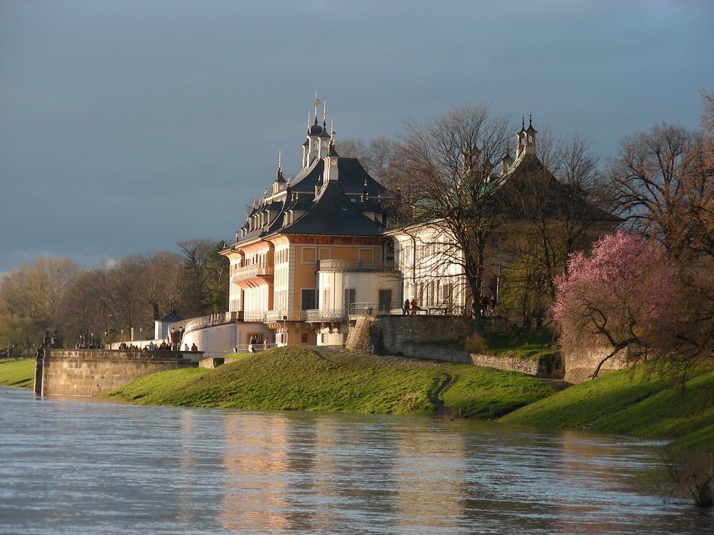 Schloss Pillnitz bei Dresden - Das Wasserpalais von der Elbe aus gesehen