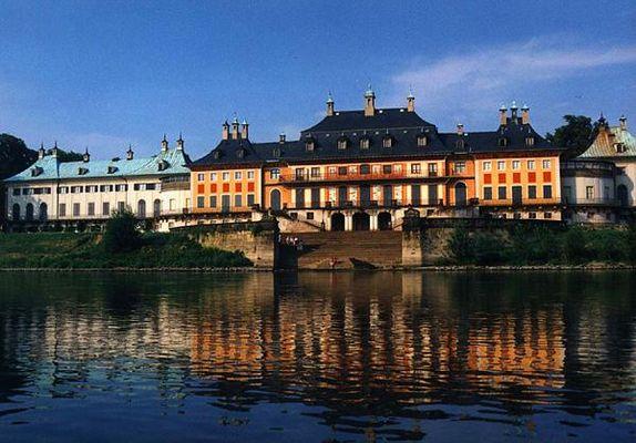 Schloss Pillnitz von der Elbe aus gesehen