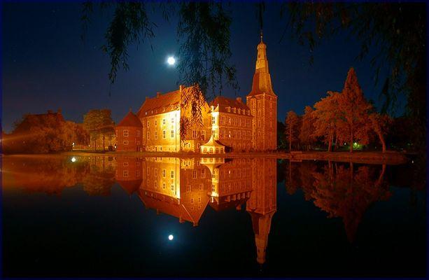 Schloss Raesfeld nachts im Spiegel des Sees