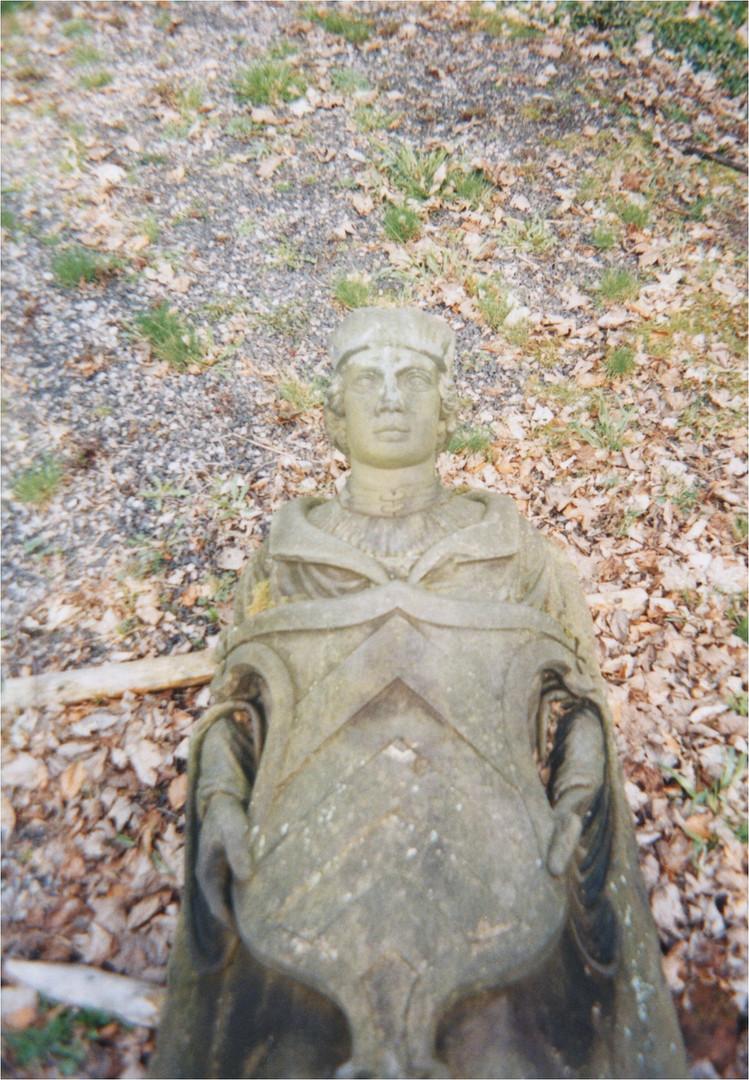 Schloß Reinhardsbrunn Thüringen Friedrichroda Steinstatue Bild1