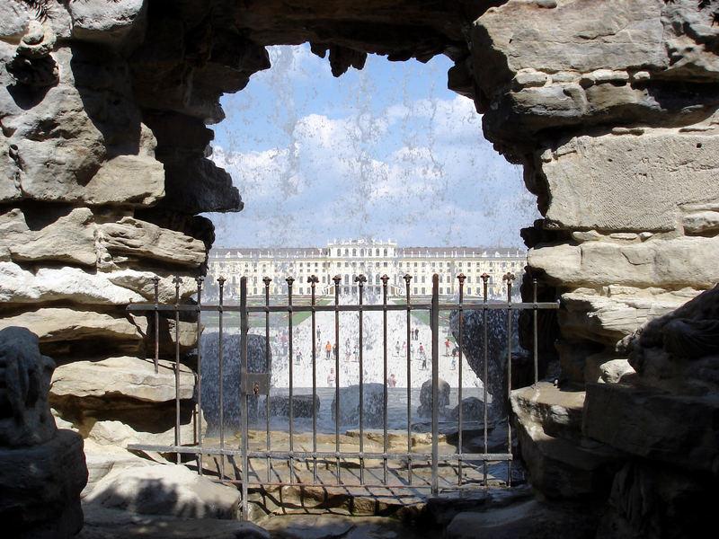 Schloss Schönbrunn durch den Neptunbrunnen gesehen
