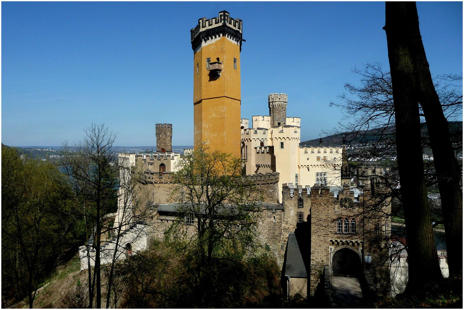Schloss Stolzenfels über dem Stadtteil Kapellen von Koblenz