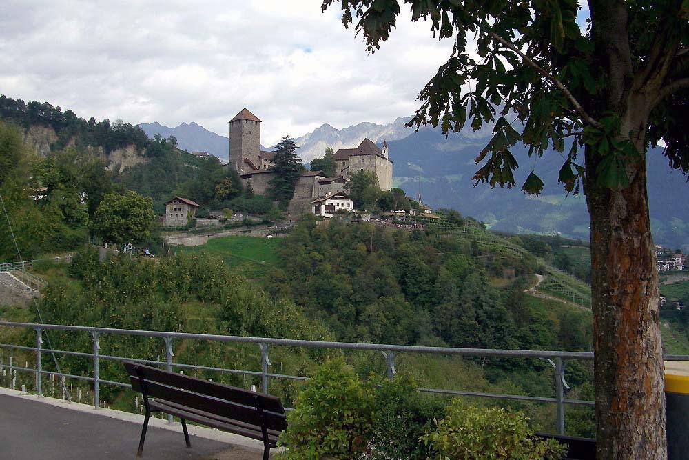 Schloss Tirol, Blick von der Kirche St. Peter