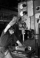 Schlosser an Säulenbohrmaschine