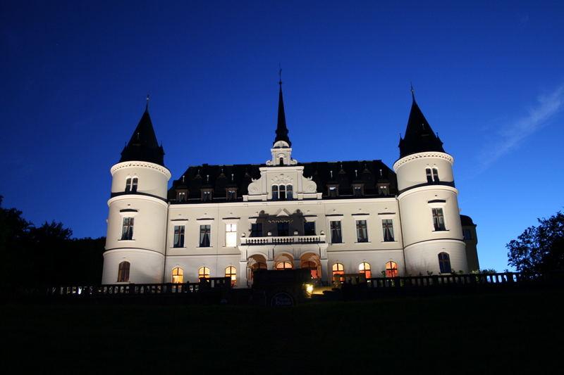 Schlosshotel Ralswiek bei Nacht