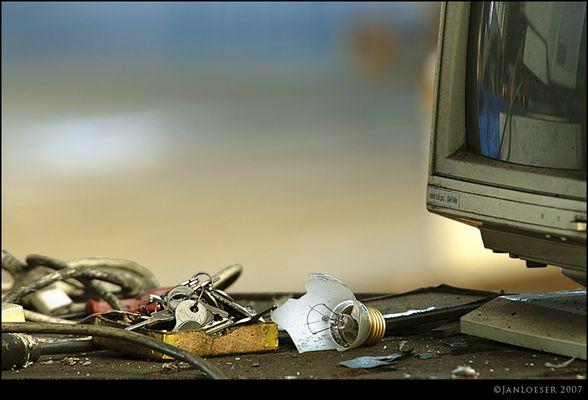 Schlüssel und kaputte Glühbirne