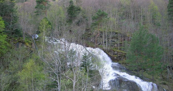 Schmelzwasserfall im Tal vor Andorra