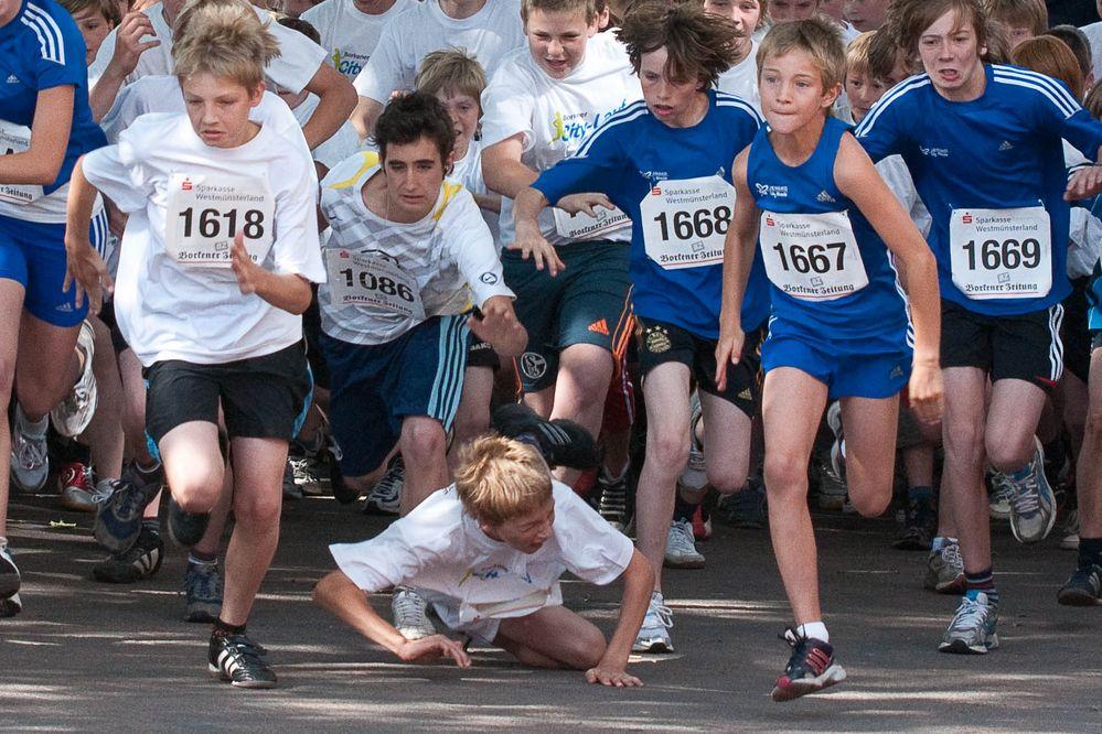 Schmerz, Schock - das Ende eines 2.500 m Schülerlaufes bereits am Start von Andreas Kuhmann